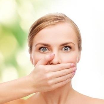 mau hálito estomacal causas